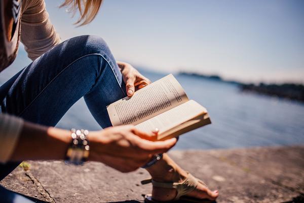 chica-leyendo-sector-editorial-espana