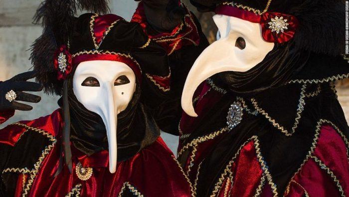 La Mascara Para Prevenir La Peste Tambien Es Un Disfraz