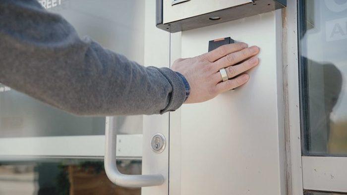 Token pone tarjetas de crédito, llaves y billetes de transportes en