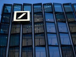 """El Comité de Basilea también revisó sus reglas sobre cómo los bancos calculan el riesgo de crédito y está calibrando nuevos estándares para el riesgo de mercado. La aplicación de esos dos conjuntos de cambios esperados aumentaría los activos ponderados por riesgo de Deutsche Bank en un 14%, según Daniel Regli, analista de MainFirst en Zurich. Eso habría reducido su ratio de capital común Tier 1, una medida clave de solidez financiera, del 13,8% al 12,4% a fines de septiembre, precisó. """"No es una proporción de capital muy generosa, pero es suficiente"""", aseguró Regli. """"El banco también tiene la capacidad de reducir las partes más intensivas en capital de su cartera de préstamos y generar capital. Los diez años que tiene que hacer así deberían ser suficientes""""."""