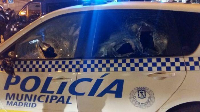 Así acabó un coche de la Policía Municipal de Madrid, tras los altercados de Lavapiés.