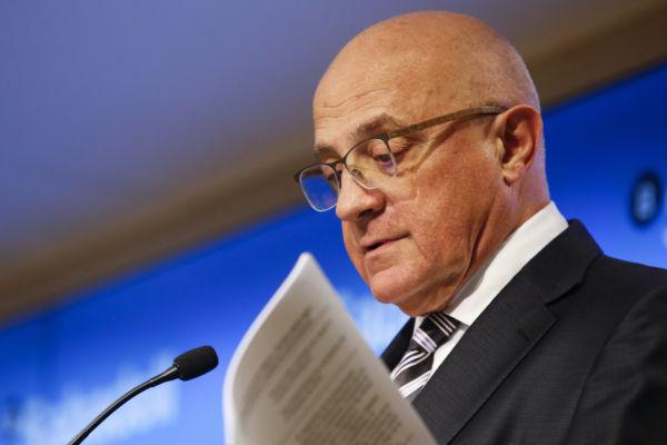 Sabadell expulsa a los cortos y venderá TSB tras el ajuste laboral para hablar con BBVA