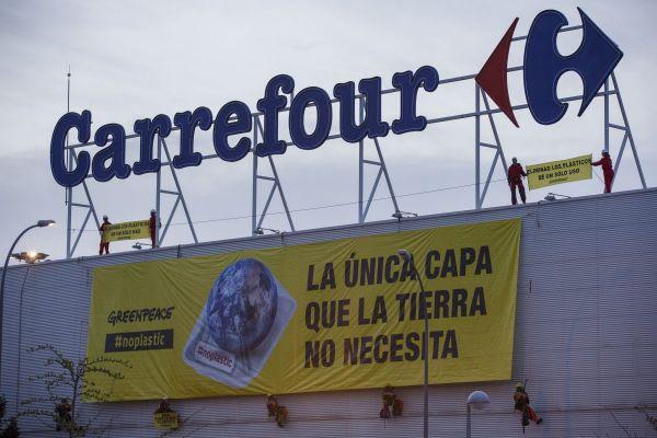 Activistas de Greenpeace desplegarondos grandes pancartas en el supermercado Carrefour del Centro Comercial La Gavia, de Madrid