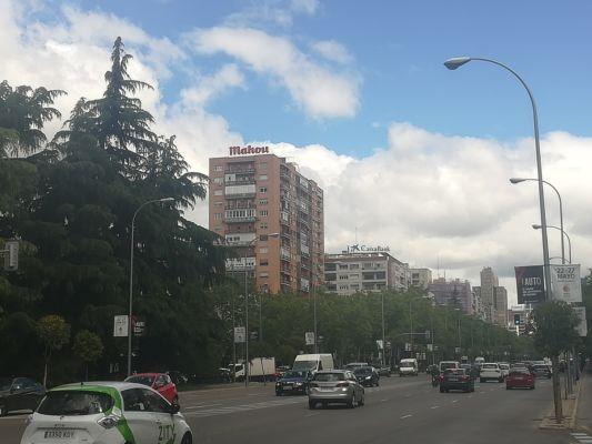 Los carteles de Mahou y Caixabank, en el Paseo de la Castellana.