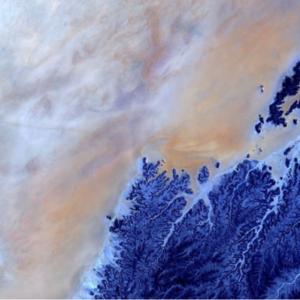 La meseta de la montaña Hadhramaut de EOS que era lanzada por Max Polyakov