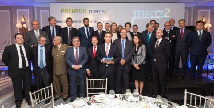 Foto de Familia de los galardonados en los Premios Merca2.