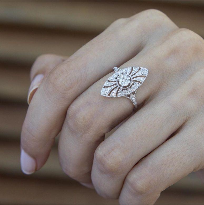 d285c472b50e Esta joyería online trae consigo las últimas tendencias en anillos de  compromiso. Combina su filosofía de empresa familiar con la venta online