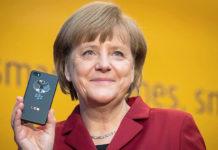 Merkel con un móvil... tendrá contrato con Telefónica