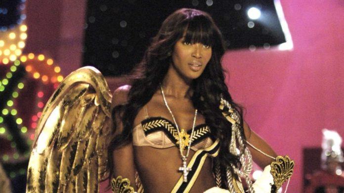 Naomi con ropa de Victoria's Secret