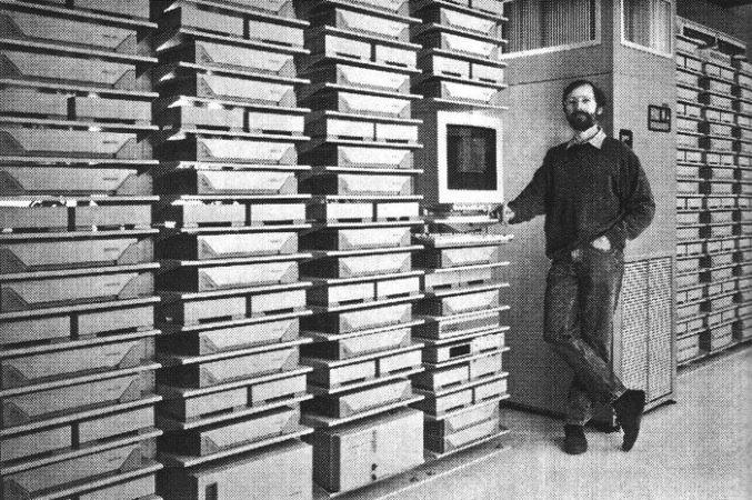 Benedict Evans junto al servidor de Pixar