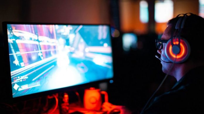 Gamer frente a la pantalla