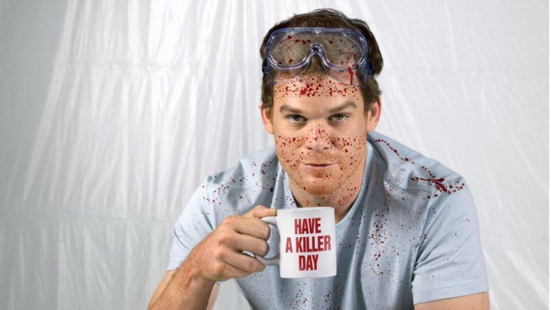 Dexter posando mientras hace su trabajo