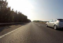Coche por carretera en verano
