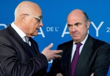 El presidente del Sabadell, Josep Oliu, con el vicepresidente del BCE, Luis de Guindos.