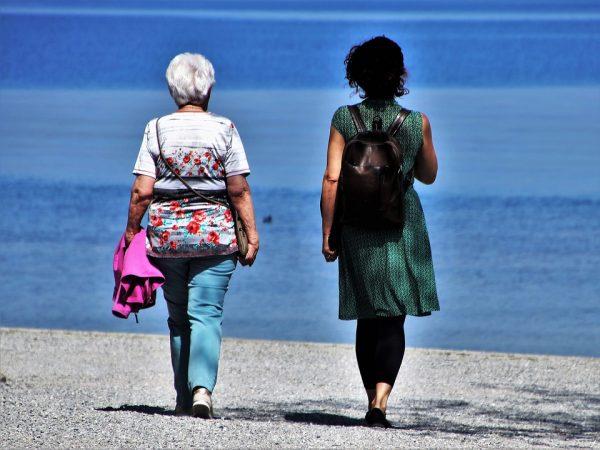 Dos mujeres caminando por la playa: Viajes del Imserso 2019