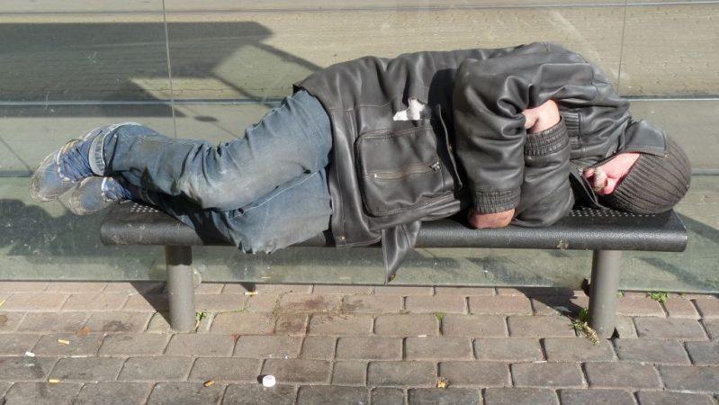 indigente durmiendo en banco
