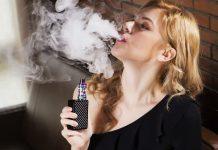 mujer fumando cigarrillo electrónico