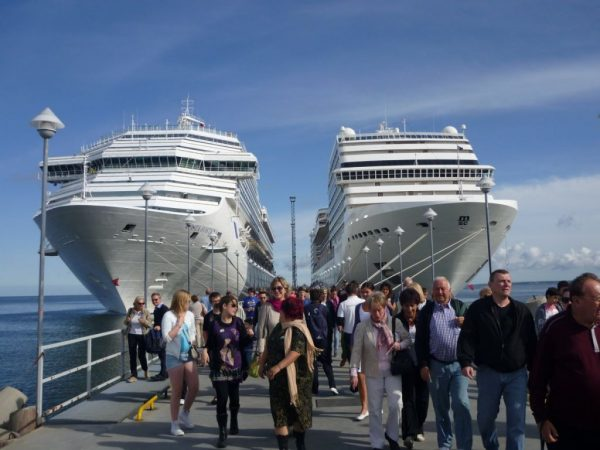 Cruceros atracados en el puerto