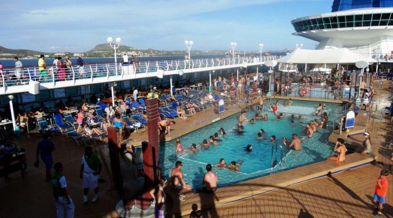piscina llena de gente