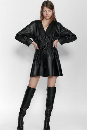 Vestido con efecto piel y cinturón de Zara