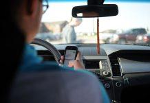 persona conduciendo: carnet de conducir, autoescuelas digitales