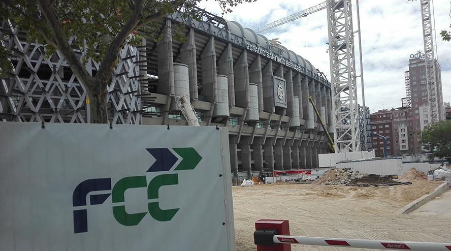 FCC estudia quién acabará la obra del césped retráctil del Bernabéu