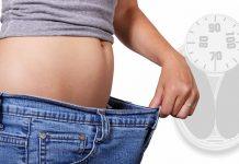 chica tirándose del pantalón, metabolismo, adelgazar