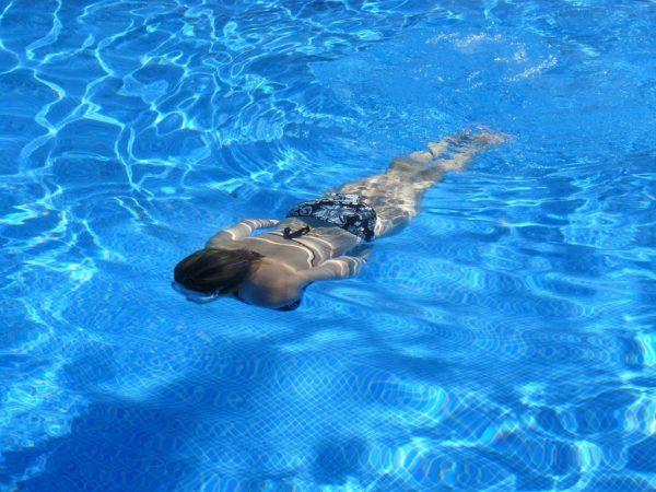 cómo ayuda a adelgazar la natación