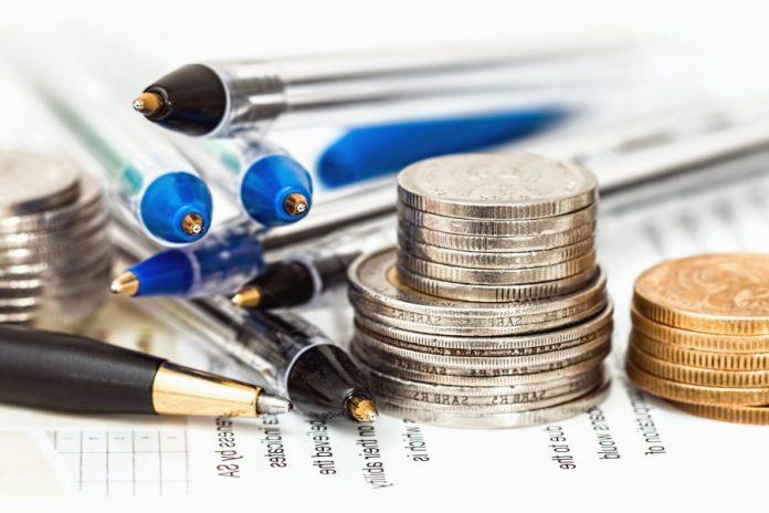 Montón de monedas y bolis: Coronavirus, ERTE