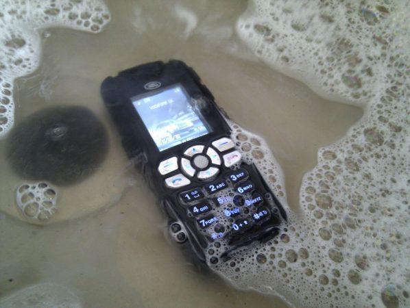 móvil en el agua