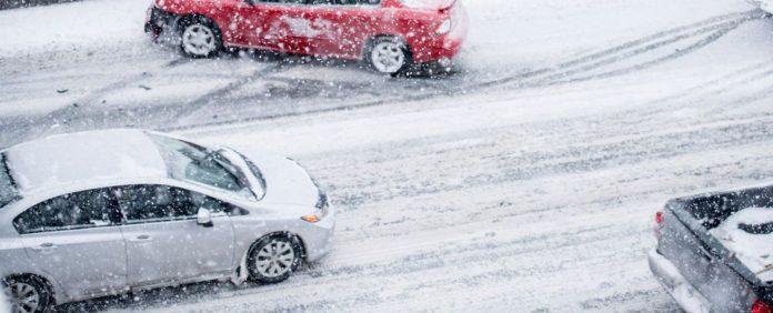 La DGT avisa: ¿Por qué no debes poner la calefacción para quitar el hielo del coche?