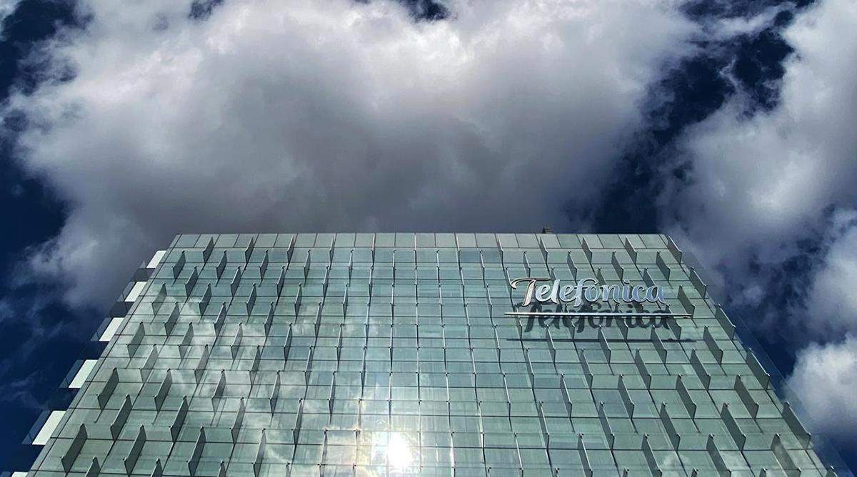 Criteria se refugia en los derivados financieros para aumentar su apuesta por Telefónica