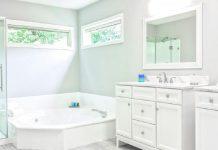 iluminación y espacio en el baño