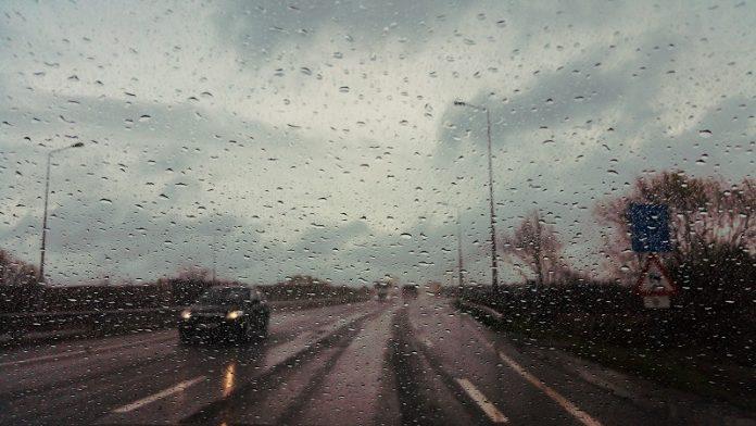 Cómo conducir con agua y viento: consejos para no sufrir accidentes