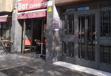 Cafeteria sin clientes a la hora de comer en Barcelona
