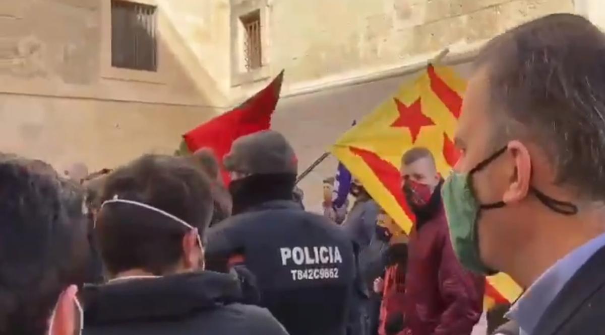 """Los Mossos reciben órdenes verbales de """"no cargar"""" en los mítines de Vox"""