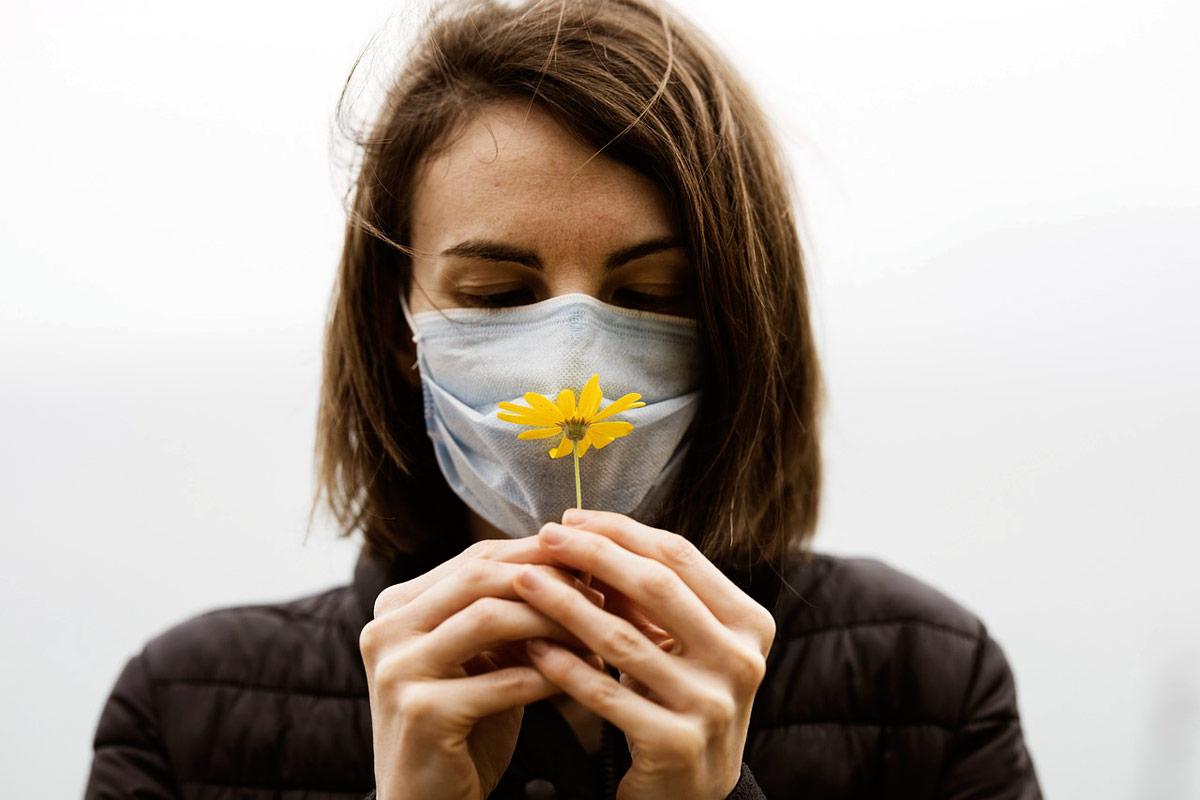 Qué mascarilla debes usar (y cómo) para evitar la alergia al polen