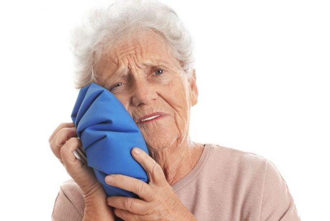 Colocar hielo para aliviar el dolor de muelas