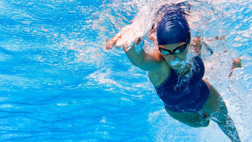 Adelgazar en la piscina sí es posible: así es cómo debes nadar