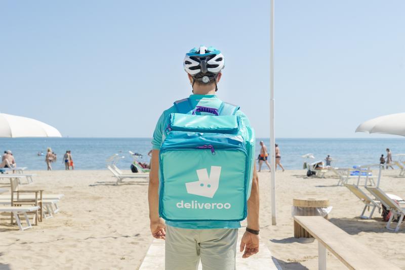 Deliveroo se marcha de España días antes de que entre en vigor la 'Ley Rider'