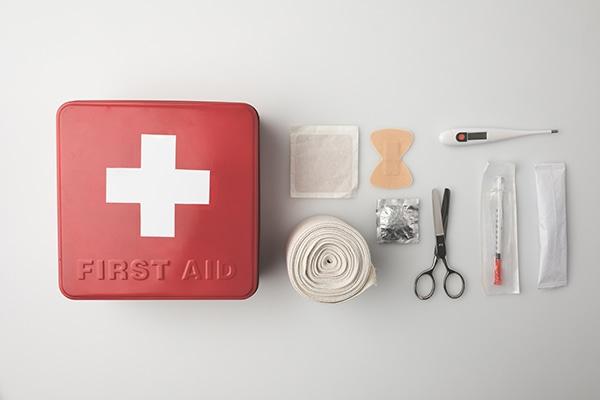 Adaptadores y alargador de corriente, Botiquín de primeros auxilios