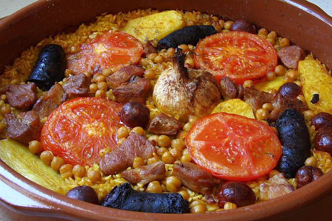 Así es el arroz al horno que mezcla la paella y el cocido