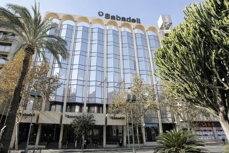 Sabadell y los sindicatos siguen sin un acuerdo sobre el ERE pese a la nueva mejora que ofrece el banco