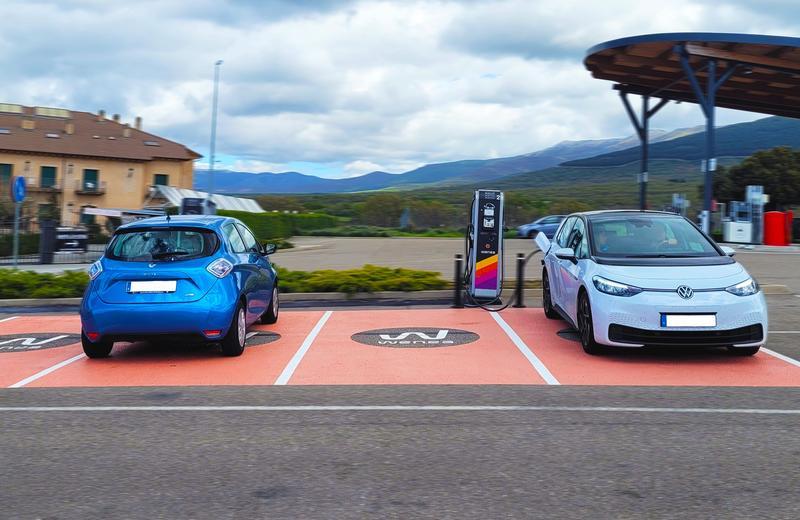 Los coches eléctricos tiene menos costes que los de combustión en la mayoría de los países europeos
