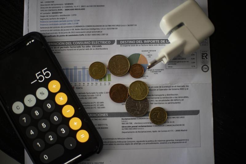 La OCU advierte que el recibo medio de la luz de octubre superará los 100 euros